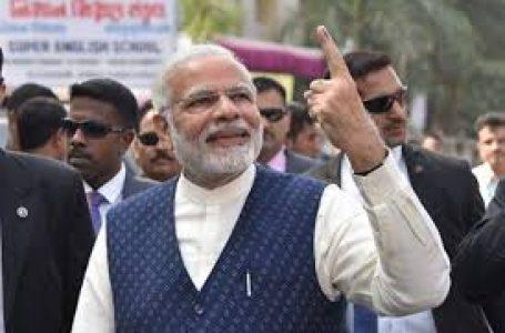 मां का आशीर्वाद लेकर प्रधानमंत्री मोदी  ने डाला वोट