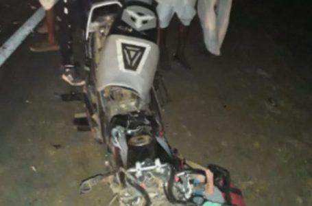 दर्दनाक हादसा – बाइक से जा रहे पति पत्नी बेटे की मौत, बेटी की हालत गंभीर,  बाइक के परखच्चे उडे