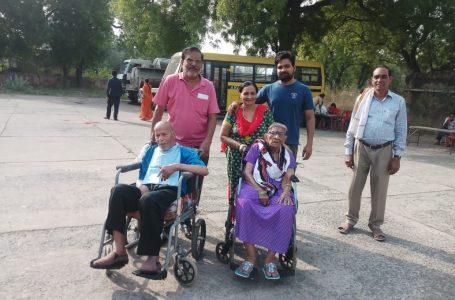 Gwalior News : 96 वर्षीय बुजुर्ग पिता ने लोकतन्त्र के यज्ञ मे आहुती देने की जताई इच्छा, बेटे ने केंद्र ले जाकर कराया मतदान