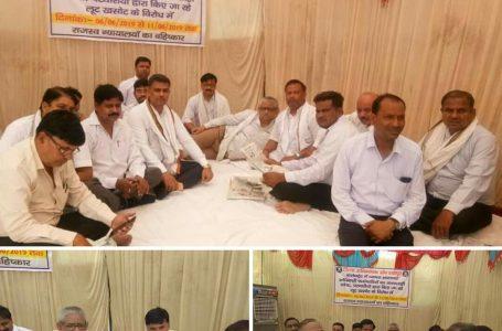 SHEOPUR NEWS : राजस्व न्यायालयों के विरोध में श्योपुर में अभिभाषकों ने शुरू किया धरना