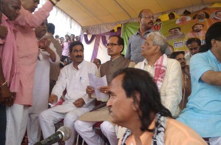 कांग्रेस सरकार के खिलाफ पिछोर में प्रदर्शन, शिवराज-प्रभात झा ने दी गिरफ्तारी