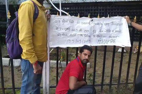 कैमाराकलां में चोरियों के विरोध में भोपाल स्टेशन पर रोपा पौधा