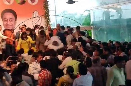 सिंधिया के कार्यकर्म मे मची अफरा -तफरी ,मंच से गिरे कार्यकर्ता