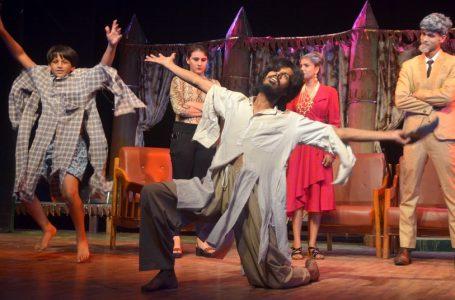 मां बाप की व्यस्तता ने बेटी को बना दिया बेजान शहीद भवन में नाटक 'हंसगुल्ला' का मंचन