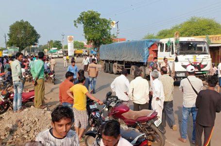 खण्डवा में स्कूली ऑटो ट्रोले से टकराया, 8 साल की बच्ची की मौत, खबर पाकर माँ हुई बेहोश, ट्रक चालक फरार
