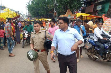 खण्डवा की सड़कों पर दौड़ी बाइक तो खड़े होकर सेल्यूट मारते दिखे जवान, दूकानदार दिखे निश्चिन्त