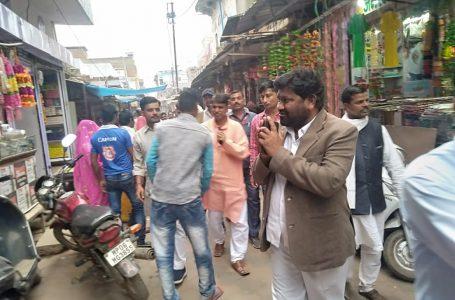 सबलगढ़ विधायक कुशवाह दीपावली की बधाइयां लेकर व्यापारियों के बीच पहुंचे, लोगों को  गले मिलकर दी शुभकामनाएं