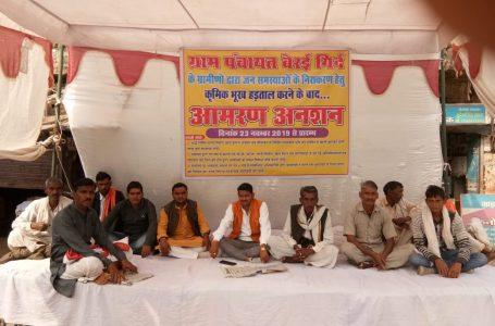 सबलगढ़ – अनशन पर बैठे ग्रामीण , प्रशासन सो रहा कुंभकरण की नींद