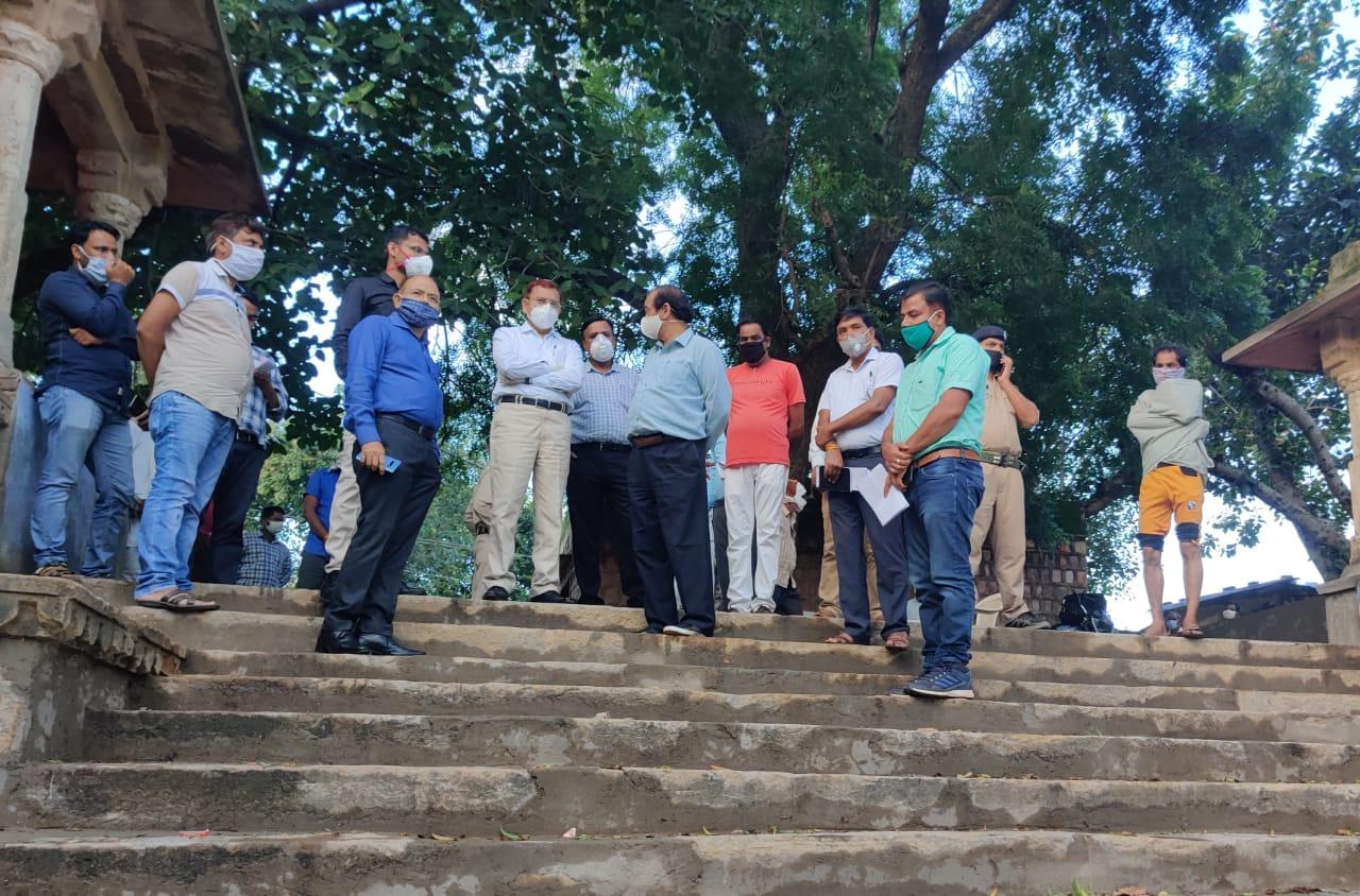 Sheopur: Chambal Commissioner RK Mishra visited Gram Panchayat Raipura Bawdi