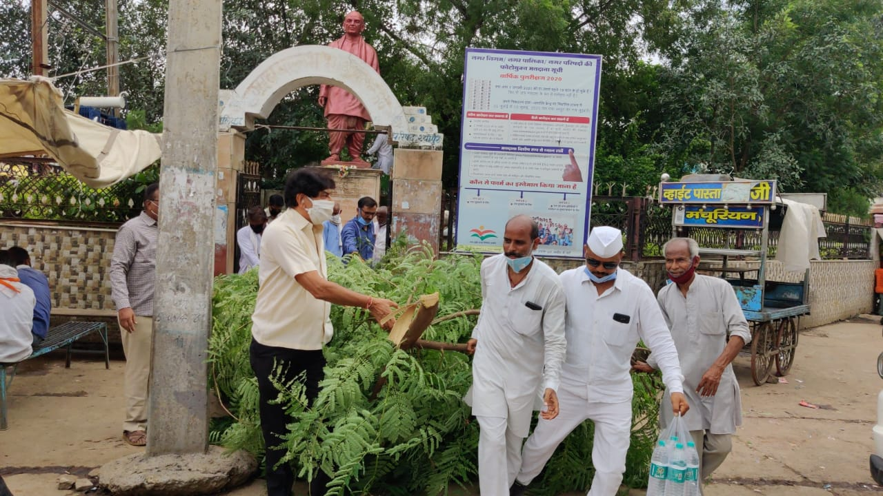 Congressmen clean Sardar Patel's statue