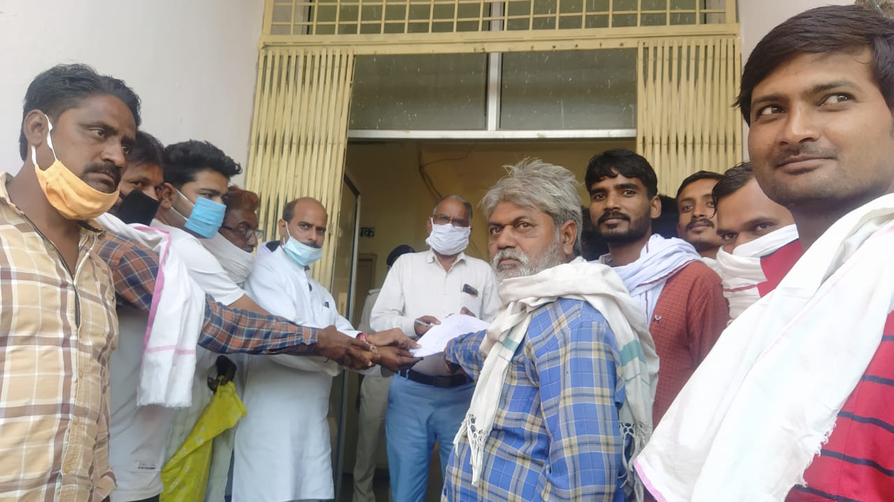 Farmers gave memorandum to collector demanding release of water from Avda Dam into canal